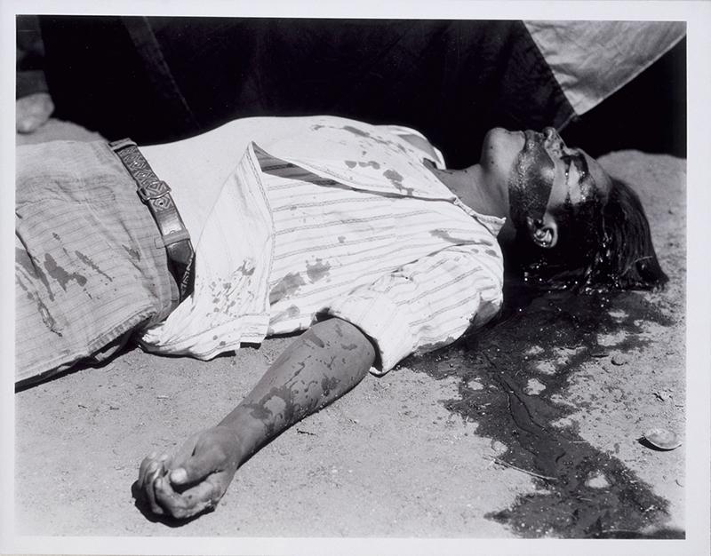 Ouvrier en grève, assassiné, Manuel ÁLVAREZ BRAVO, 1934,  © Musée d'Art moderne de la Ville de Paris / Roger-Viollet / © Estate Manuel Álvarez Bravo